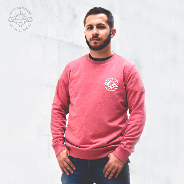 Foto de un modelo chico con la sudadera 100% eco-friendly cranberry de la Bella Solera Collective